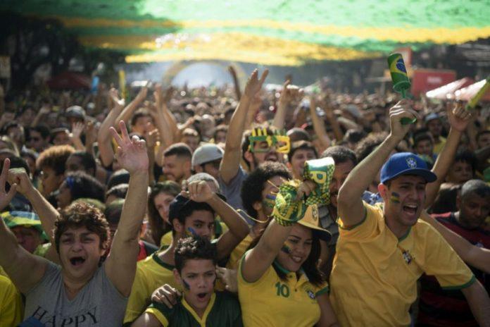 Torcedores se reúnem para acompanhar o jogo Brasil x Costa Rica no Alzirão, na Barra da Tijuca, no Rio de Janeiro - Photo Folhapress