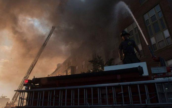 Cerca de 130 pessoas foram retiradas do edifício devido ao incêndio — Foto: Divulgação/Gabinete do Prefeito de Washington