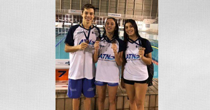 Os medalhistas Pedro, Laura e Isabela. - Fo tos: Prefeitura de Tubarão/Divulgação/Notisul