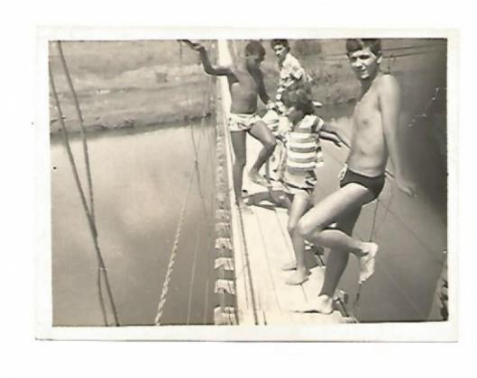 Banhistas sobre a ponte pênsil no ano de 1976