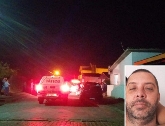 #Pracegover Foto: na imagem há uma viatura da polícia próximo há algumas casas em uma rua. No canto a foto da vítima