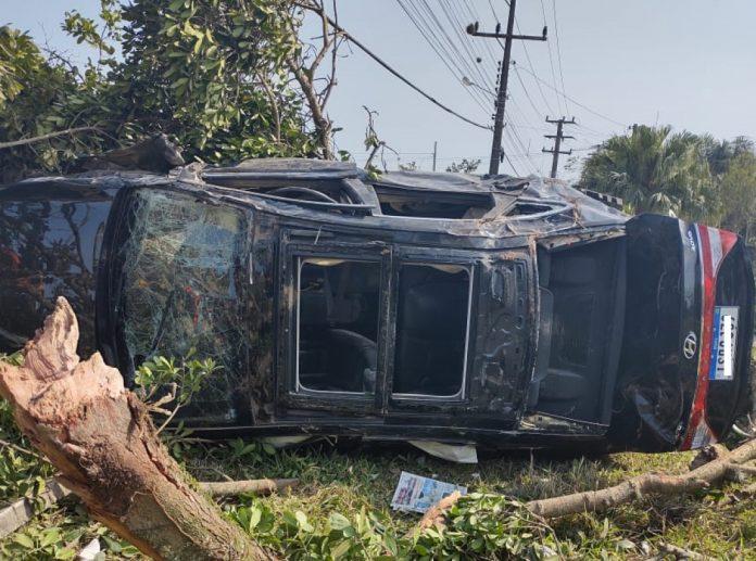 #Pracegover Foto: na imagem aparece um carro capotado