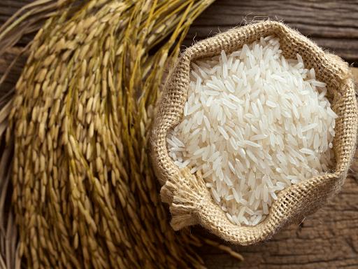 #Pracegover Foto: Na imagem um produto essencial na mesa da família brasileira, o arroz. Atualmente o preço do arroz disparou nos supermercados brasileiros, sobretudo nas últimas semanas