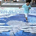 #Pracegover Foto: Uma criança aparece correndo em cima de uma faixa