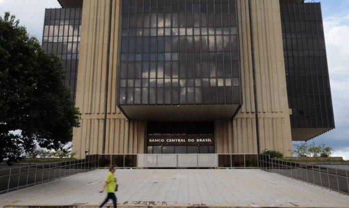 #Pracegover Foto: Na imagem há o prédio do Banco Central do Brasil. Uma idosa caminhava em frente ao local