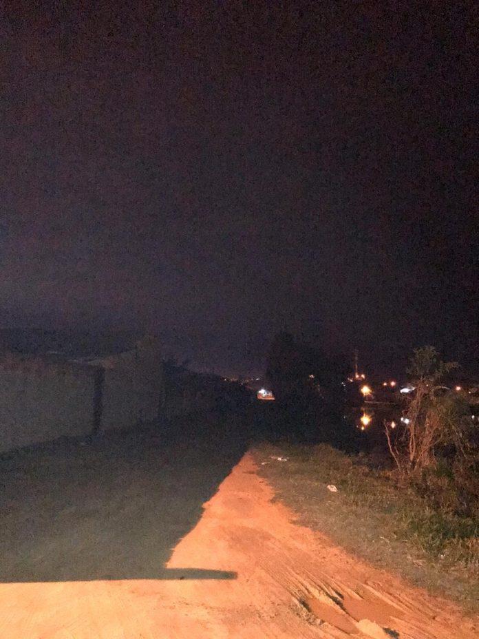 #Pracegover Foto: na imagem há uma rua pouco iluminada em Capivari de Baixo