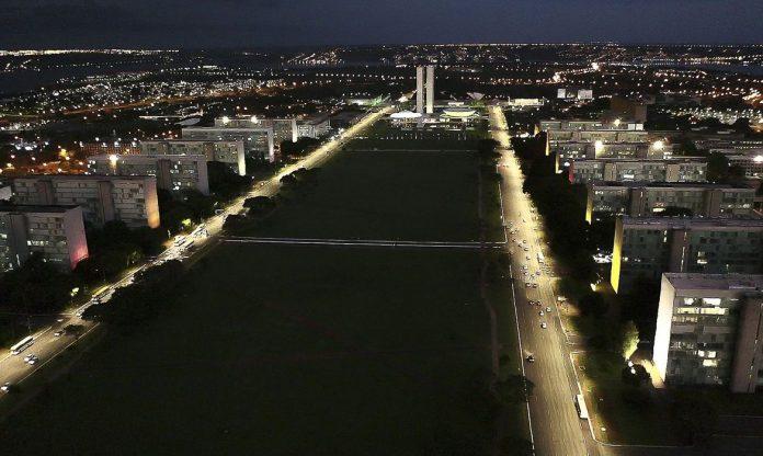 #Pracegover Foto: Na imagem há inúmeros prédios, denominados de Esplanada dos Ministérios. A foto foi feita no período noturno