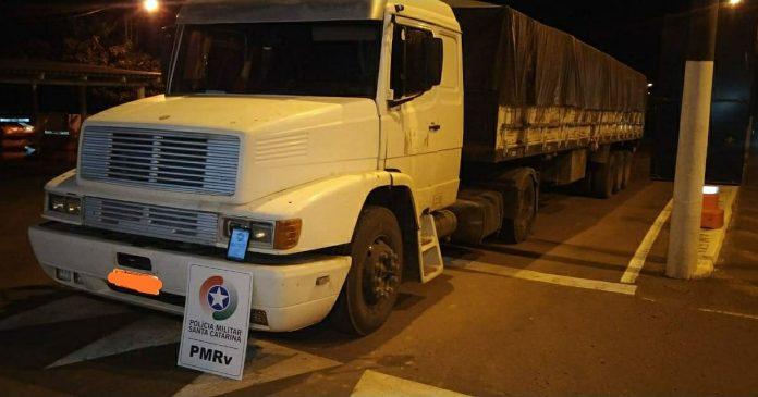 #Pracegover Foto: Na imagem há um caminhão branco com a placa adulterada