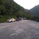 #Pracegover Foto: na imagem há uma viatura policial, motos e outros veículos na via estadual
