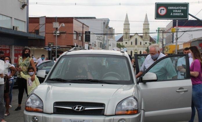#Pracegover Foto: idoso entra em um carro cinza. Ele foi a primeira pessoa a conduzir um veículo na nova ponte de Braço do Norte