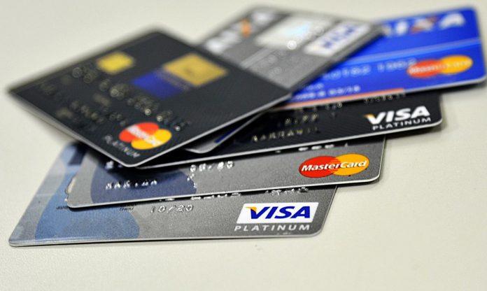 #Pracegover Foto: Na imagem há cartões de crédito com bandeiras diferentes