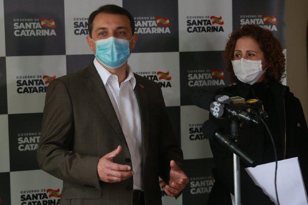 #Pracegover Foto: Na imagem há o governador do Estado, Carlos Moisés e uma mulher participando de uma coletiva