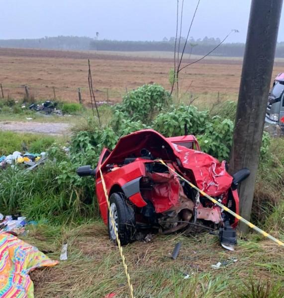 #Pracegover Foto: Na imagem um veículo de cor vermelha ficou totalmente destruído após uma colisão
