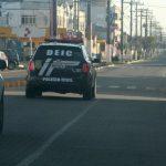 #Pracegover Foto: Na imagem há dois carros pretos da polícia civil nas ruas de Laguna pela manhã