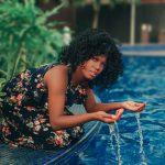 #Pracegover Foto: Na imagem Denise de Jesus Cardoso com as mãos na água