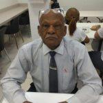 #Pracegover Foto: Na imagem há um homem idoso sentado e posando para a foto