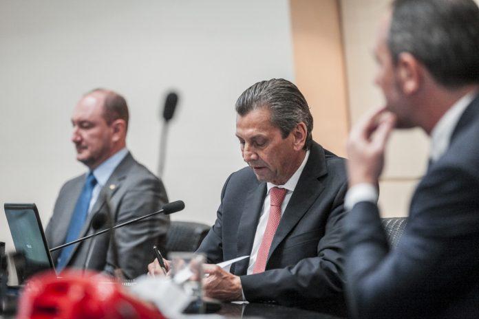 #Pracegover Foto: Na imagem há três homens, um deles o presidente da Alesc, o deputado Julio Garcia, que assinou ato que designou os membros da comissão