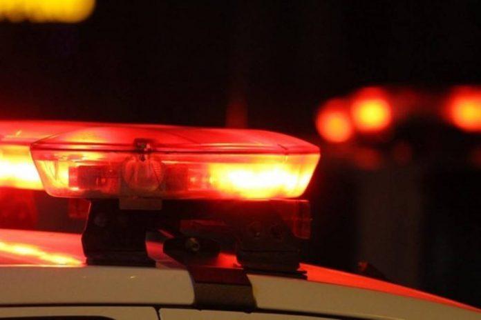 #Pracegover: Há uma imagem com giroflex da polícia com cor vermelha