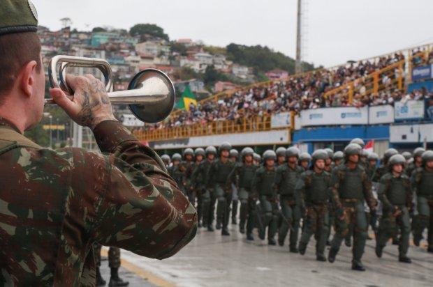 #Pracegover Foto: Militares de farda verde participaram no ano passado do Desfile Cívico