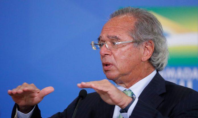 #Pracegover Foto: Na imagem há um homem, neste caso, o ministro da Economia Paulo Guedes, de terno e com os braços abertos