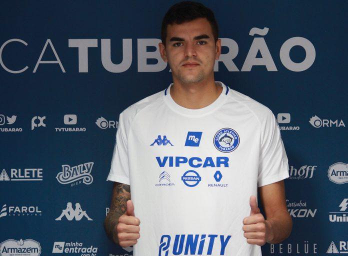 #Pracegover Foto: Na imagem há a apresentação do jogador Gutierrez, que faz sinal de que está tudo bem