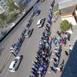 #Pracegover Foto: na imagem funcionários do hospital de Tubarão homenageiam a ex-funcionária da instituição vitimada pelo Covid-19. O cortejo fúnebre passou pela avenida no centro da cidade