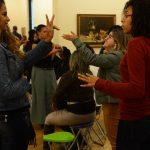 #Pracegover Foto: na imagem há diversos jovens surdos se comunicando