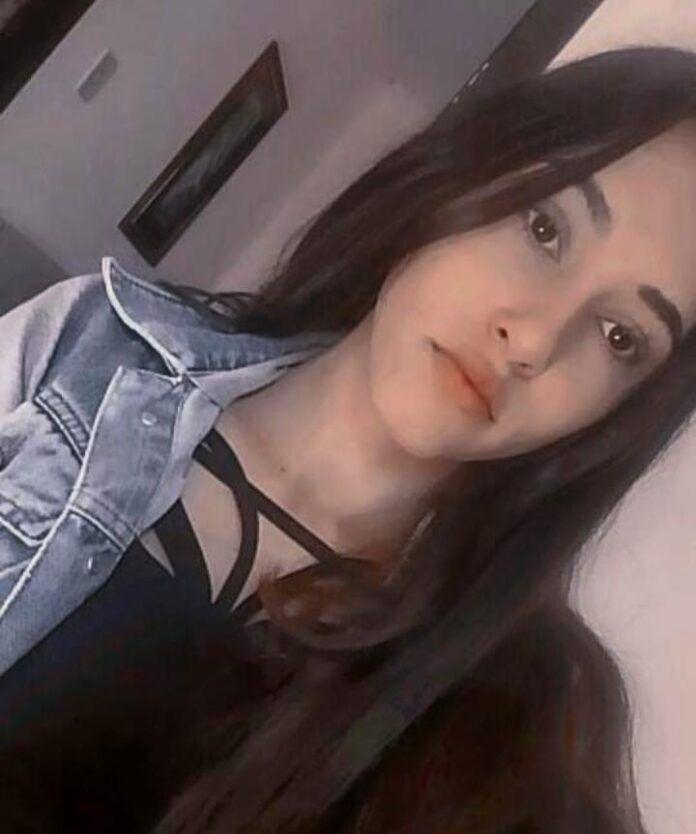 Pracegover Foto: na imagem há uma adolescente de cabelo preto
