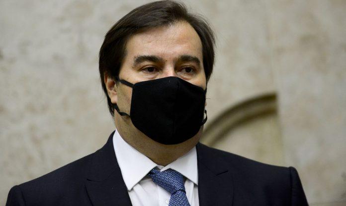 #Pracegover Foto: Na imagem o presidente da Câmara dos Deputados, Rodrigo Maia, de máscara preta e de terno