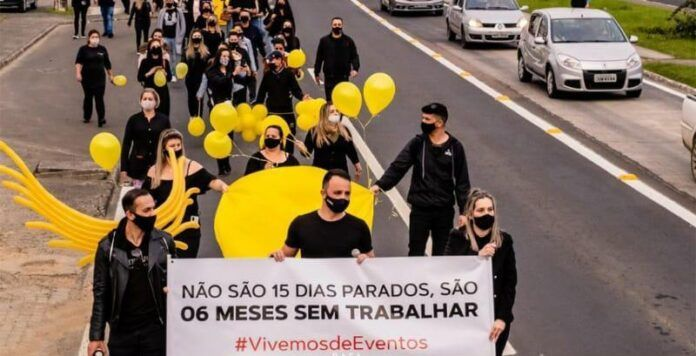 peculato. #LeianoPortalNotisul #Pracegover Foto: na imagem há manifestação dos profissionais do setor de eventos