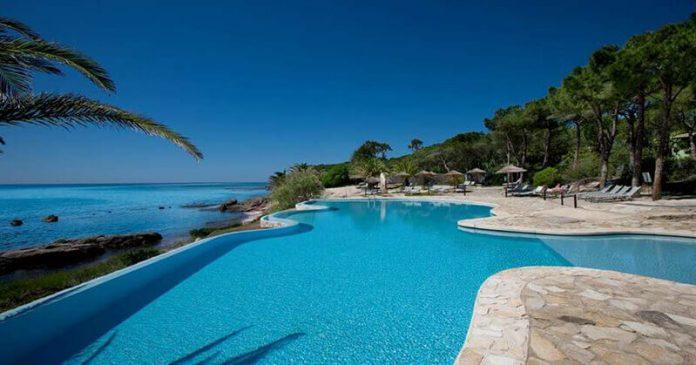 #Pracegover Foto: Na imagem há uma piscina ampla e um céu claro