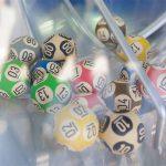 #Pracegover Foto: na imagem há diversas bolinhas coloridas com números