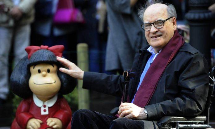 #Pracegover Foto: na imagem há um homem idoso, com uma boneca, a Mafalda.