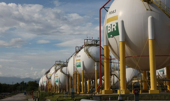 #Pracegover Foto: Esferas de armazenamento de Gás Liquefeito de Petróleo (GLP) da Refinaria Duque de Caxias - REDUC