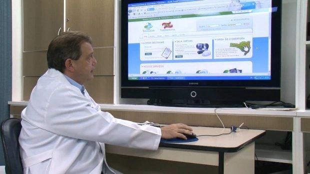 #Pracegover: Na imagem há um médico analisando algumas figuras no computador