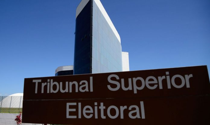 #Pracegover Foto: na imagem há uma placa do Tribunal Superior Eleitoral (TSE) e o prédio nos fundos