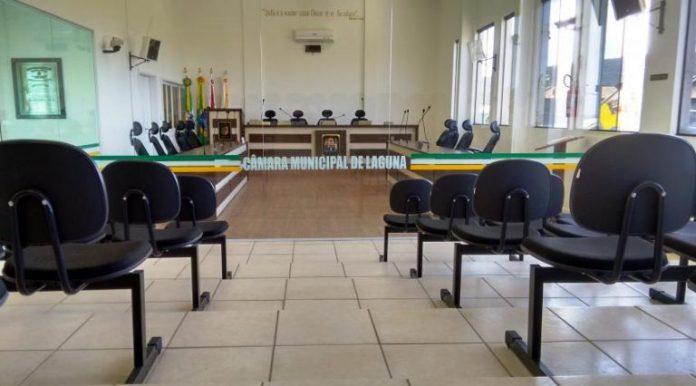 #Pracegover Foto: na imagem há a sala onde ocorrem as sessões da Câmara de Vereadores de Laguna e algumas cadeiras para o público, porém ela está vazia