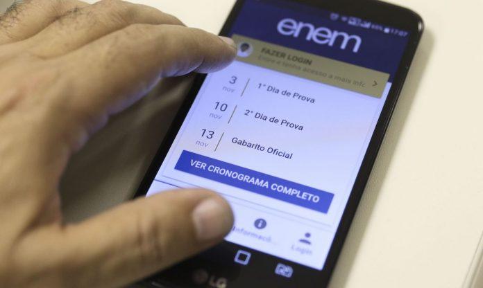 #Pracegover Foto: Na imagem há um celular e uma pessoa mexendo no aparelho
