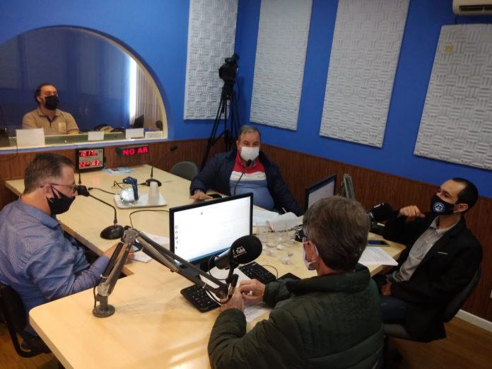 #Pracegover Foto: na imagem aparecem cinco pessoas, Dois deles são debatedores, um produtor e os outros dois são candidatos ao poder Executivo de Pescaria Brava