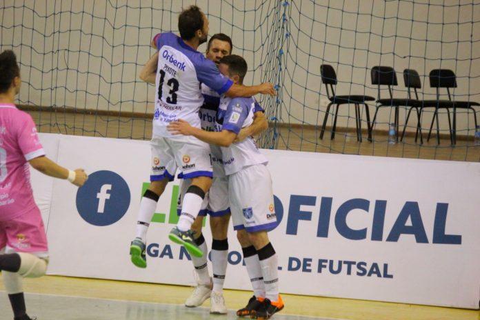 #Pracegover Foto: Na imagem três atletas do Tubarão Futsa comemoram o gol de Ronaldo e o goleiro aparece correndo no canto da fotografia para abraçar os jogadores