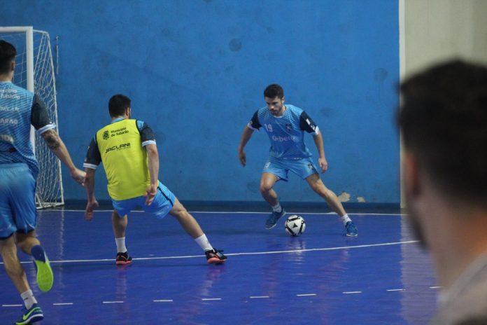 #Pracegover Foto: Na imagem há diversos atletas do Tubarão Futsal, em uma quadra de esportes treinando