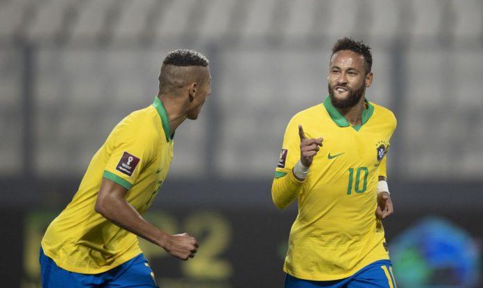 #Pracegover Foto: Na imagem há dois jogadores da seleção brasileira correndo e comemorando o gol feito