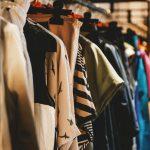 #Pracegover Foto: na imagem há inúmeras roupas para comercialização