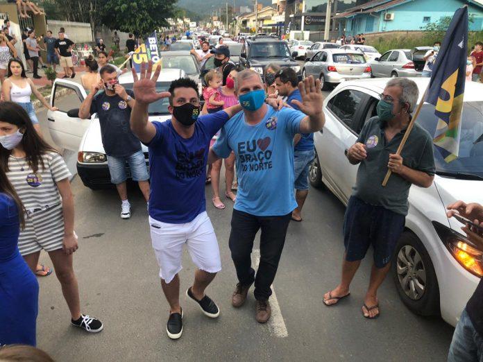 #Pracegover Foto: no centro da imagem o prefeito Beto e o vice Ronaldo comemoram à reeleição