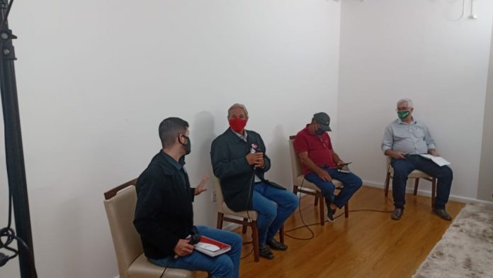 #Pracegover Foto: na imagem, os quatro candidatos à prefeitura de Gravatal participam do debate