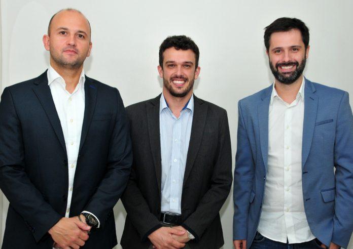 #Pracegover Foto: na imagem há três homens, que são cirurgiões buco-maxilo-facial