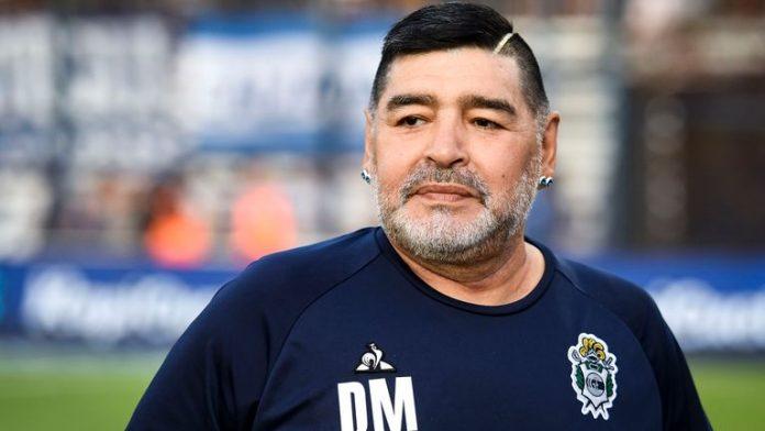 #Pracegover Foto: na imagem há um homem com cabelos pretos e barba grisalha, com brincos nas orelhas e com camisa azul