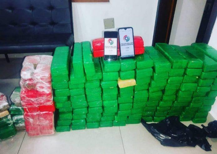 #Pracegover Foto: na imagem há diversos pacotes de entorpecentes embalados e dois celulares