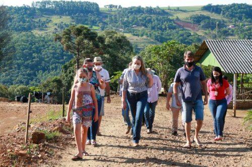#Pracegover Foto: na imagem há várias pessoas caminhando