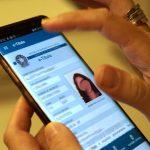 #Pracegover Foto: na imagem há uma pessoa segurando o celular com uma mão e a outra ela acessa os aplicativos